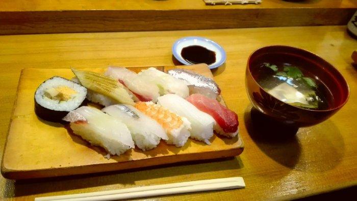千両寿司でランチ。にぎりとお吸い物