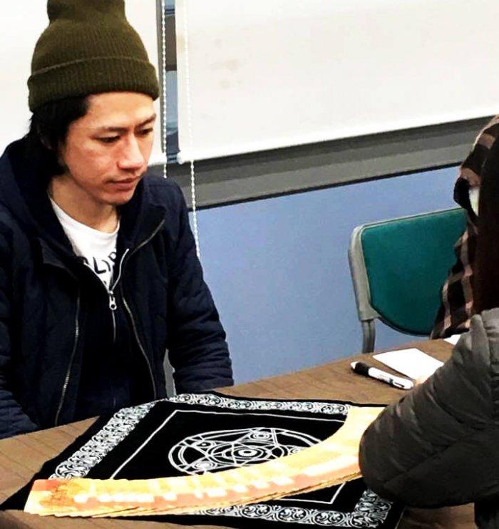 2017年1月23日うけうけ祭りでの禅タロットセラピーお客さんがカードを選ぶところ