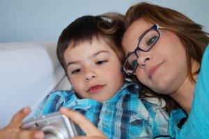 デジカメを仲良く親子で見る母と息子