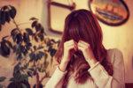 めそめそ泣いている女性