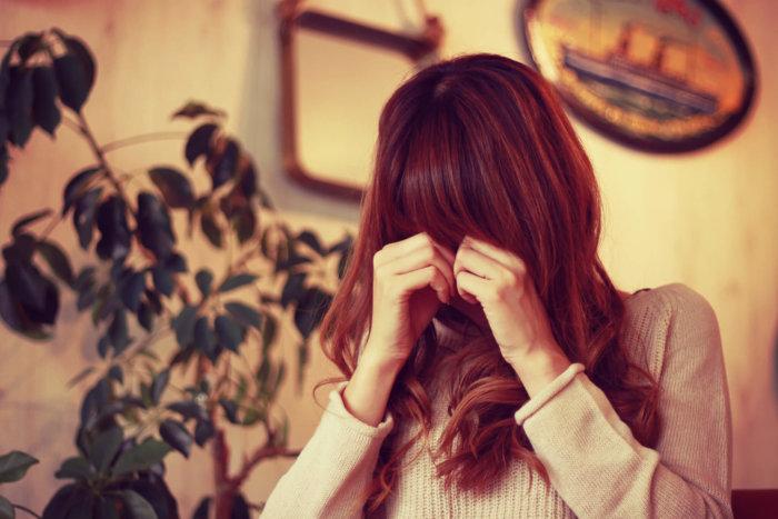 彼氏に何も言えないで泣いている女性
