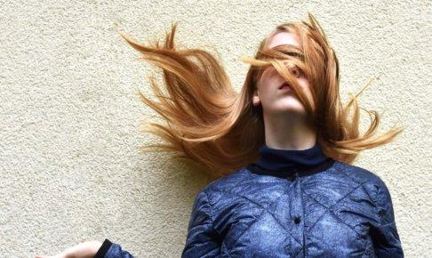 髪で目隠ししている女性
