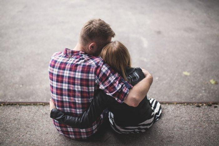 肩を抱き寄せあう幸せそうなカップル