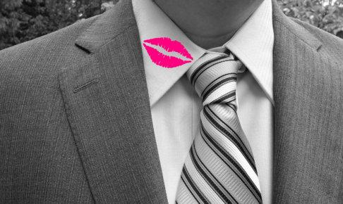 男性のシャツの襟に口紅がついている。もしかして浮気?