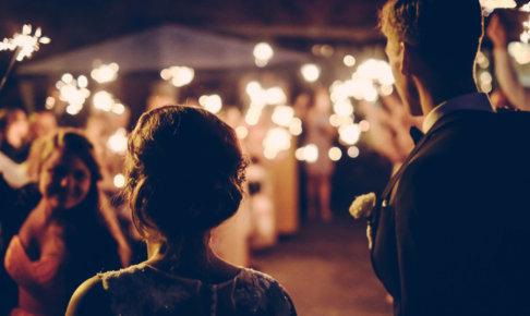遠くを見る逆光のカップル