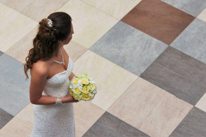 どこかを見つめる花嫁