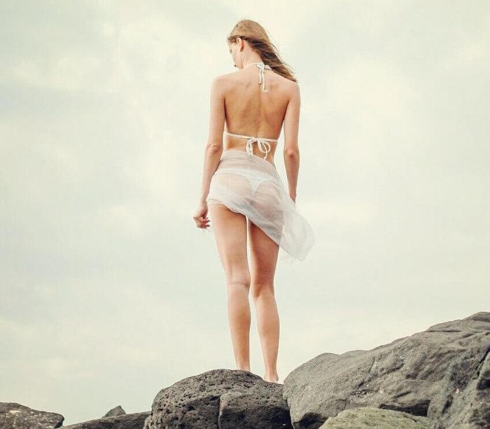 断崖絶壁に立つ女性