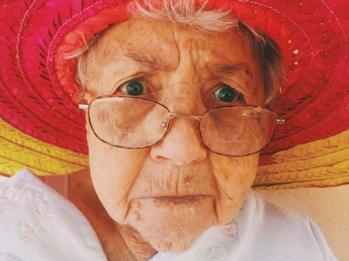 帽子をかぶっているおばあちゃんのアップ