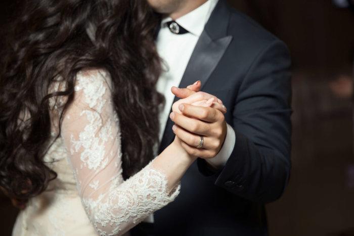 手を繋いで結婚する二人