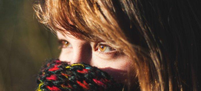 目元しか出さない伊達マスクをしているような女性