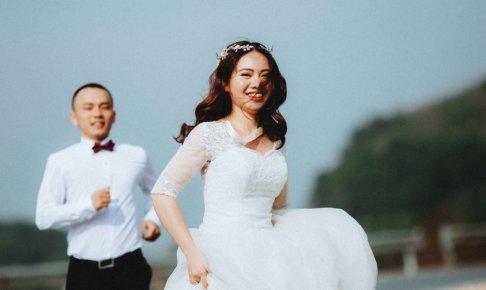 逃げる花嫁と追う新郎