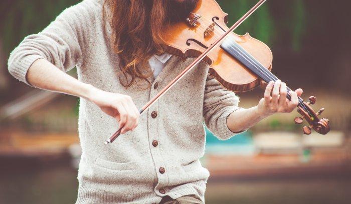 バイオリンを弾いている女性