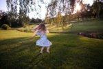 緑の中で踊る少女