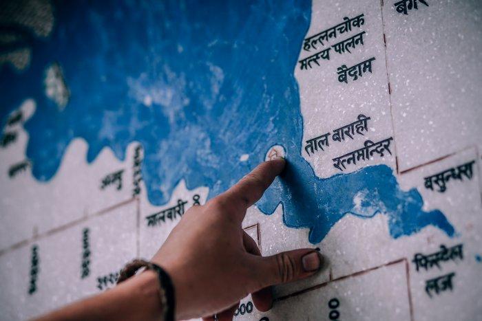 目的地に向かって地図を指さす