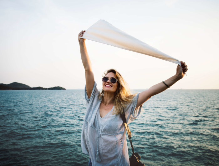 布を広げて解放的な女性