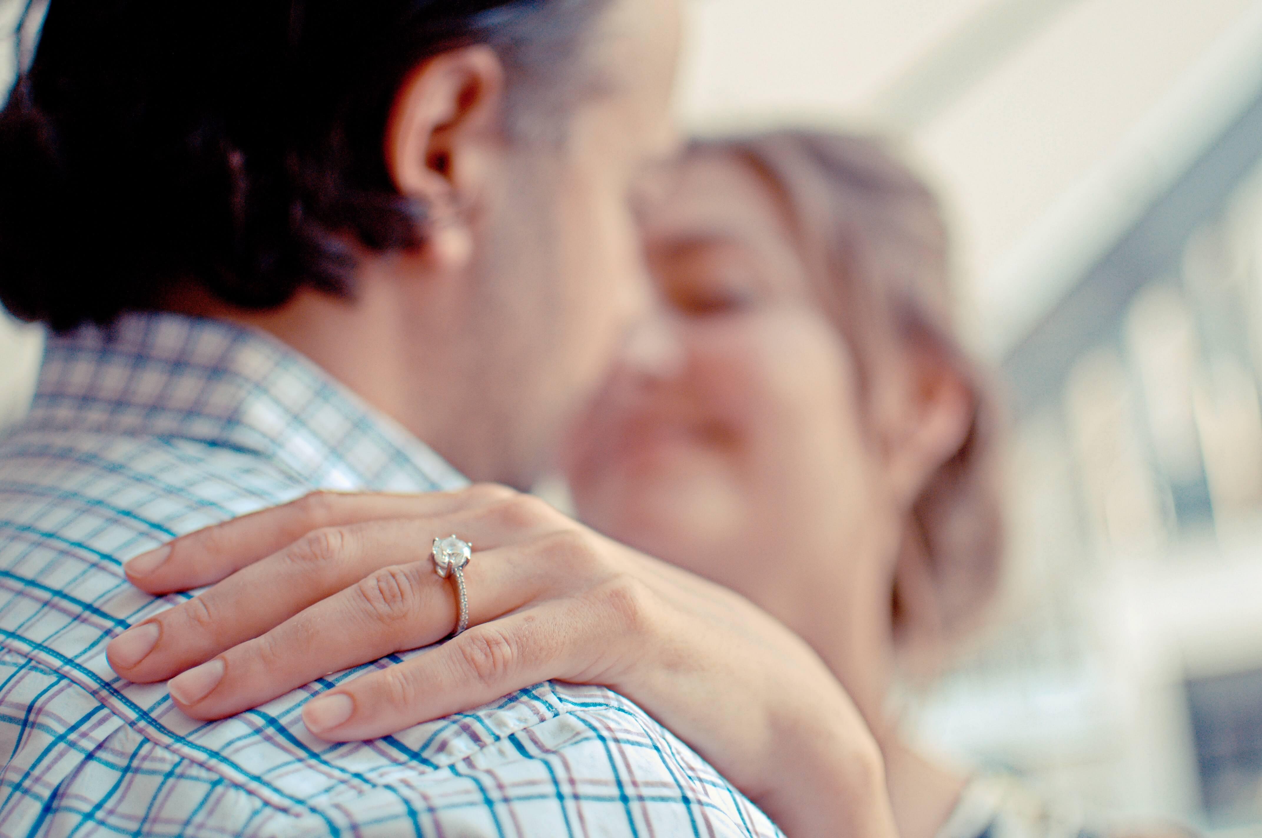 女性と男性が抱擁しあって幸せを享受している