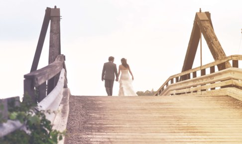 橋を渡り向こうへ行く新郎新婦