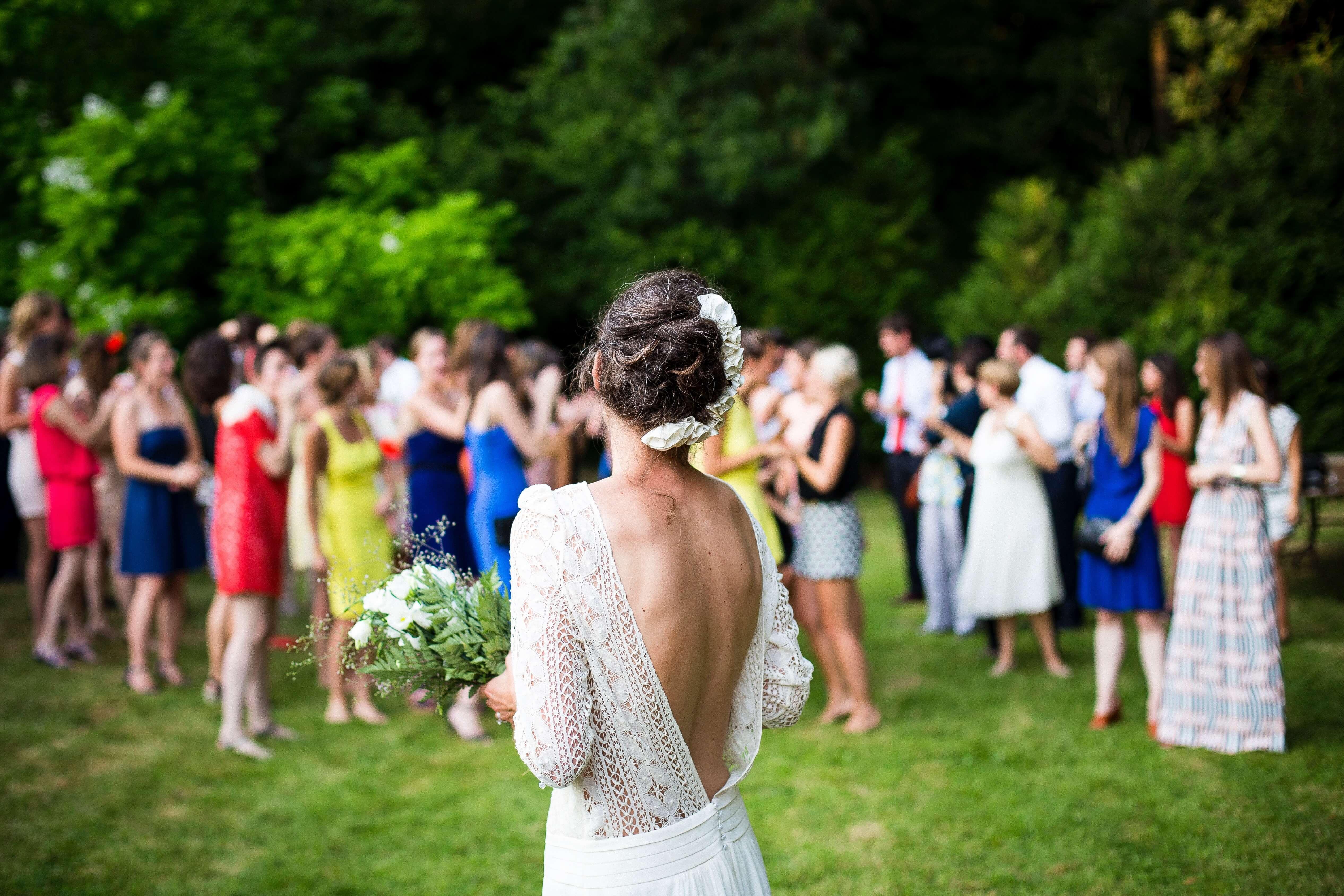 花嫁の向こうにいる群衆