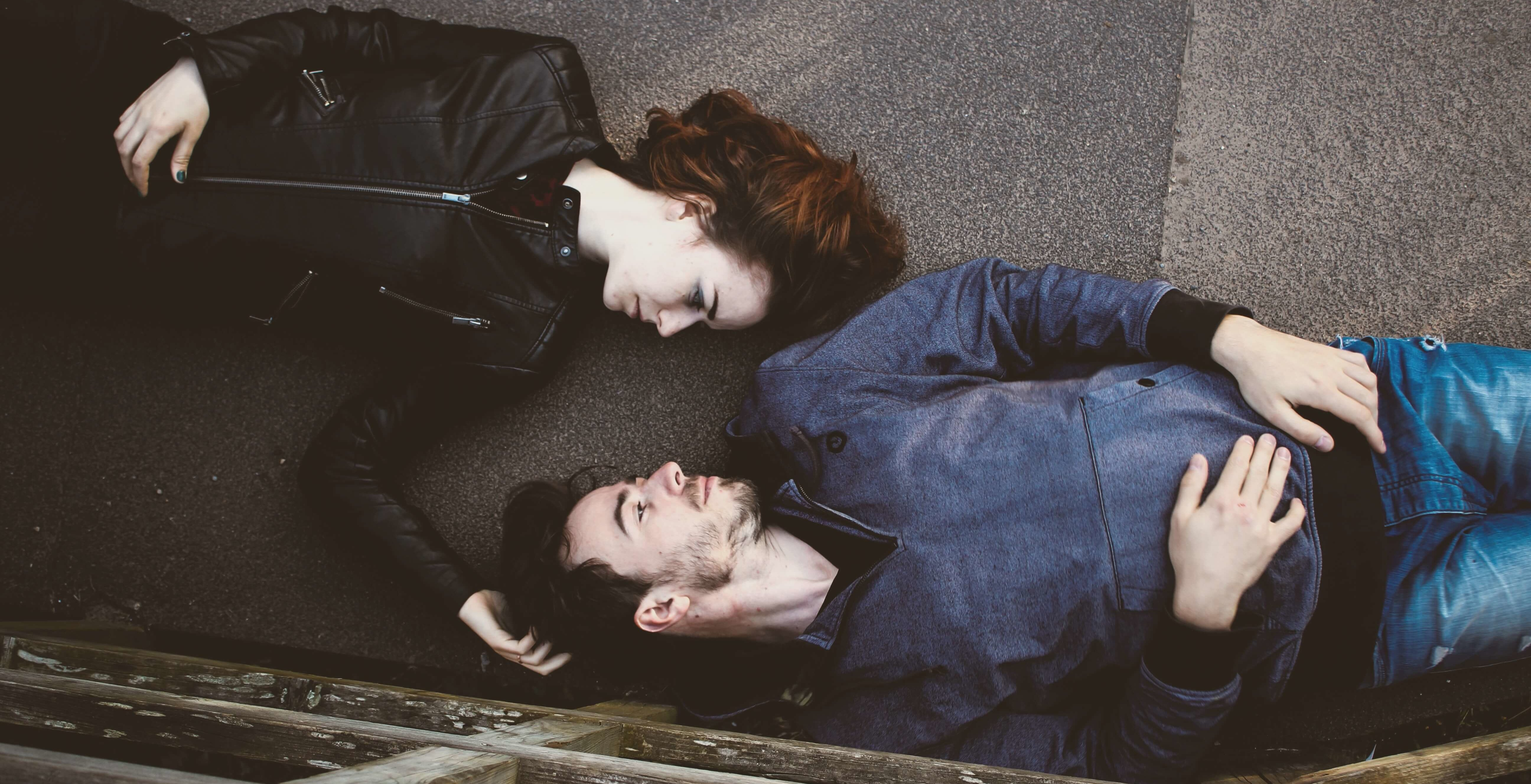 寝転んで上下逆に向かい合う二人