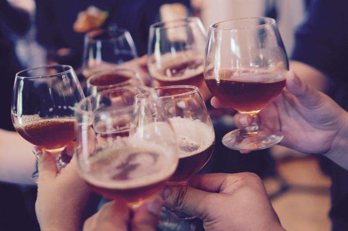グラスをみんなで持って乾杯