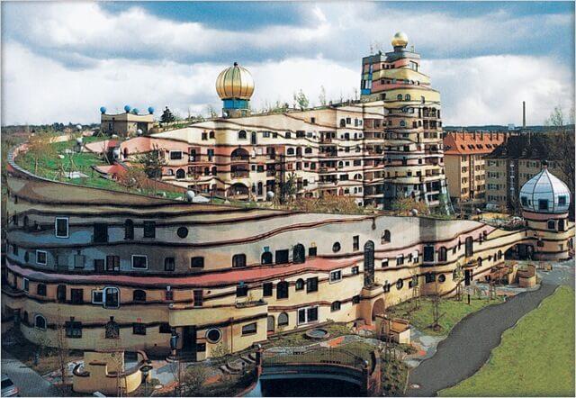 フンデルトヴァッサーが設計したマンション。森の螺旋はウネウネ