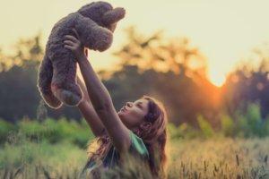人形を高く掲げる女性