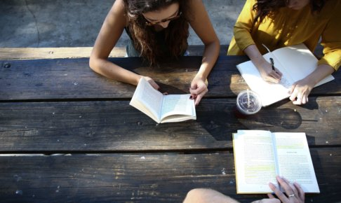 読書会をする女性たち