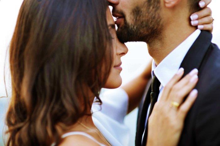彼のあごにおでこを寄せる女性
