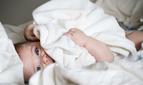 おびえたようにタオルにくるまる赤ちゃん
