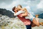 飛びついて抱きしめあっているカップル