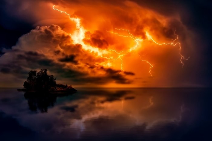夕焼けと雷。不思議で神秘的だ。