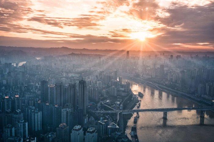 都会に日が昇る