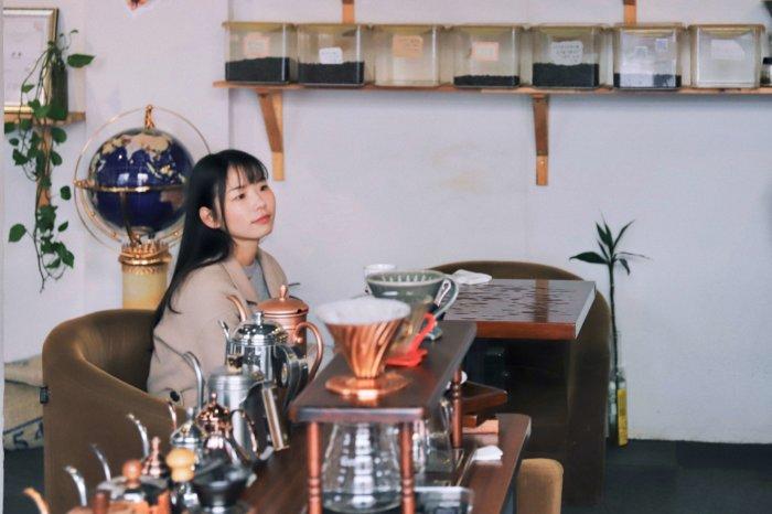 お茶を飲んでいる健康的な女性