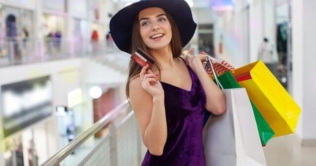 買い物を楽しんでいる女性