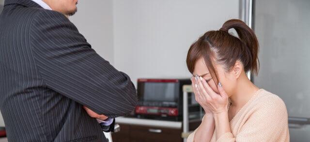 男性に叱られ悲しんでいる女性