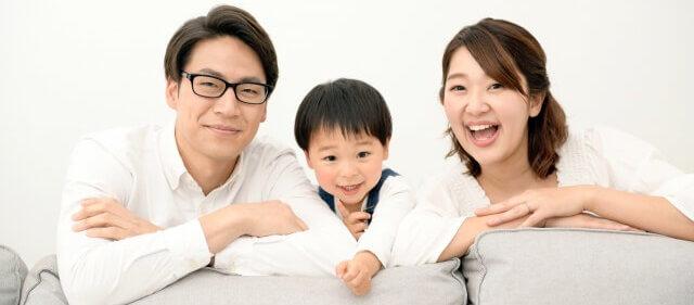 親子で笑顔で笑っている写真