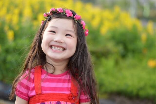素敵な笑顔で輝いている女の子